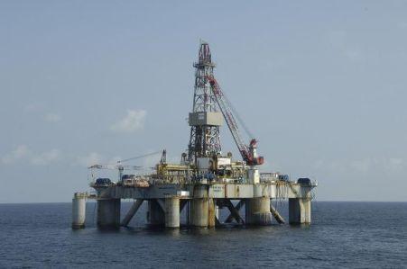 687088-une-plate-forme-petroliere-au-large-des-cotes-de-l-angola
